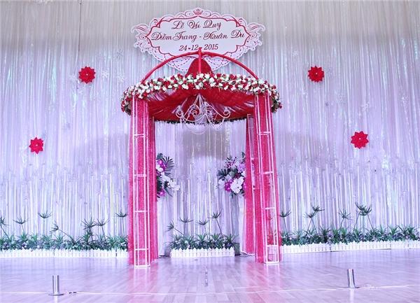 Á hậu Diễm Trang cũng chia sẻ cô chọn hai màu đỏ - trắngnày để luôn nhớ mãi về đám cưới đặc biệt trong dịp lễ Giáng Sinh. - Tin sao Viet - Tin tuc sao Viet - Scandal sao Viet - Tin tuc cua Sao - Tin cua Sao