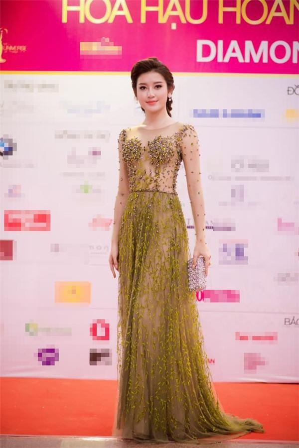 Tham dự đêm chung kết Hoa hậu Hoàn vũ Việt Nam 2015, Huyền My vừa quyến rũ lại vừa điệu đà trong dáng váy xòe rũ đính kết họa tiết hoa, lá của nhà thiết kế Hoàng Hải.