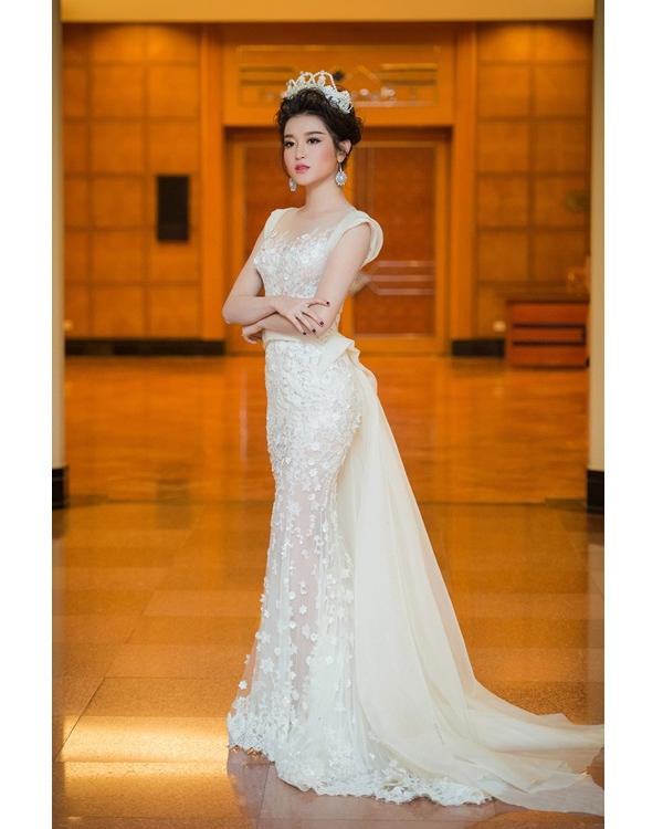 Tạo hình cầu kì của Huyền My khi diện váy trắng xuyên thấu làm vedette sho một show thời trang tại thủ đô Hà Nội.