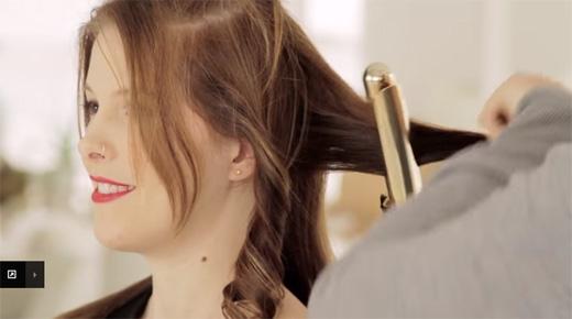 Dùng dụng cụ uốn tóc uốn lọn hết phần tóc bên dưới. (Ảnh: Youtube)