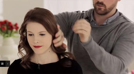 Dùng lược chải từ trước ra sau, sau đó thoa thêm một chút serum vào tay và thoa đều lên tóc. (Ảnh: Youtube)