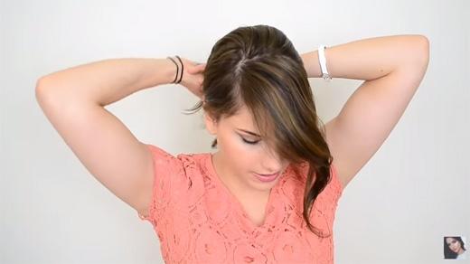 Chừa ra một phần tóc bạn muốn thắt bím ở đằng trước, rồi buộc túm phần sau lại. (Ảnh: Youtube)