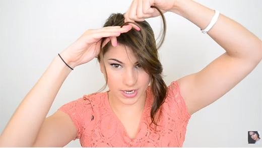 Gỡ ra một nhúm tóc ở trước mặt, chia ra thành 3 phần rồi bắt đầu thắt bím. Chú ý trong quá trình thắt, cần kéo tóc xuống mặt để bím tóc khi thắt xong không bị vểnh lên. (Ảnh: Youtube)