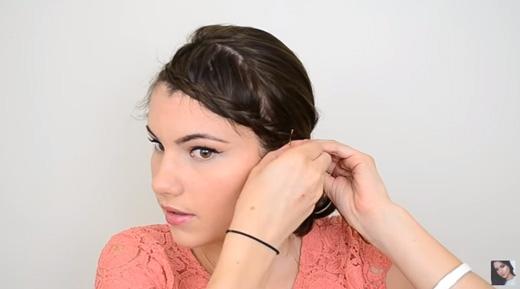 Vén bím tóc ra sau tai rồi ghim lại. (Ảnh: Youtube)