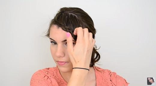 Dùng tay kéo tóc xuống một chút nếu thấy bím tóc quá chật. (Ảnh: Youtube)