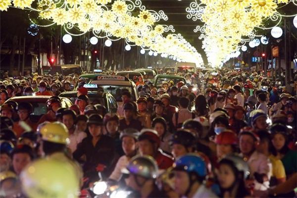 Tối 24/12, hàng chục nghìn người dân TP HCM đổ ra đường đón Giáng sinh ngay từ chập tối khiến nhiều nơi bị ùn tắc giao thông. Trong ảnh, đường Lê Duẩn hướng từ Thảo Cầm Viên về dinh Thống Nhất kẹt cứng lúc 20h. Ảnh:Hải An.