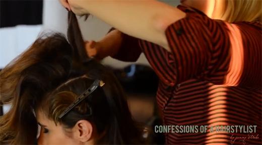 Dùng lược chải ngược xuống chân tóc để làm cho tóc bồng xù lên. (Ảnh: Youtube)