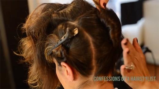 Bây giờ đến phần tóc sau, bạn xịt một ít keo lên tóc, cuộn lại rồi ghim chặt. (Ảnh: Youtube)