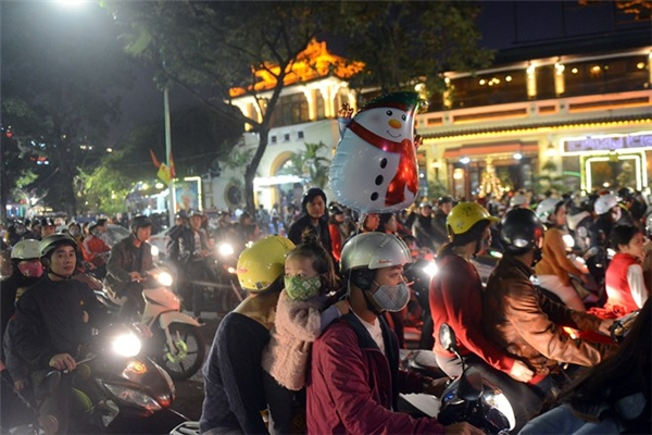 Tại Hà Nội:Ngay từ 19h, xung quanh khu vực hồ Hoàn Kiếm, Thuỷ Tạ, Quảng trường Đông Kinh Nghĩa Thục đã đông nghẹt người và xe. Ảnh:Anh Tuấn.