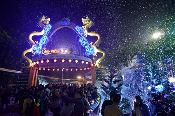 """Sự kiện """"Con đường tuyết"""" tổ chức tại Công viên nước Hồ Tây thu hút hàng nghìn người đến dạo chơi tối 24/12. Ảnh:Lê Hiếu."""