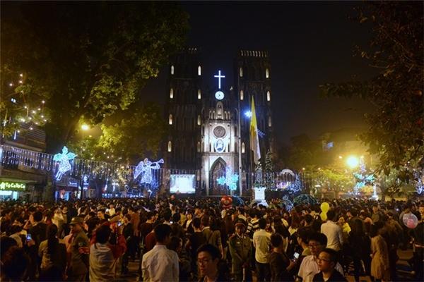 Quang cảnh trước cửa Nhà thờ Lớn (Hà Nội) lúc 22h30. Lúc này những người đến muộn không thể chen được vào bên trong để đón xem chương trình biểu diễn nghệ thuật. Ảnh:Anh Tuấn.