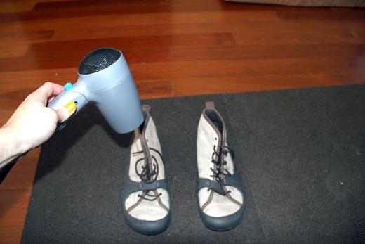 Sấy khô giày bị ẩm ướt. Hãy làm việc này trong nhà tắm, hoặc lót khăn bên dưới để nước không chảy ra nhà. (Ảnh: instructables)