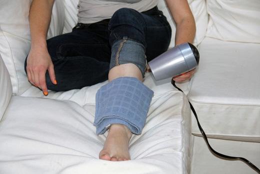 Để chườm nóng cho vết thương, xịt nước vào khăn cho ẩm, đặt khăn lên vết thương, rồi sấy lên khăn. (Ảnh: instructables)