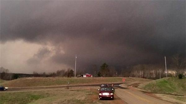 Chiếc xe ô tô đậu trên một con đường khi cơn bão đang kéo đến.