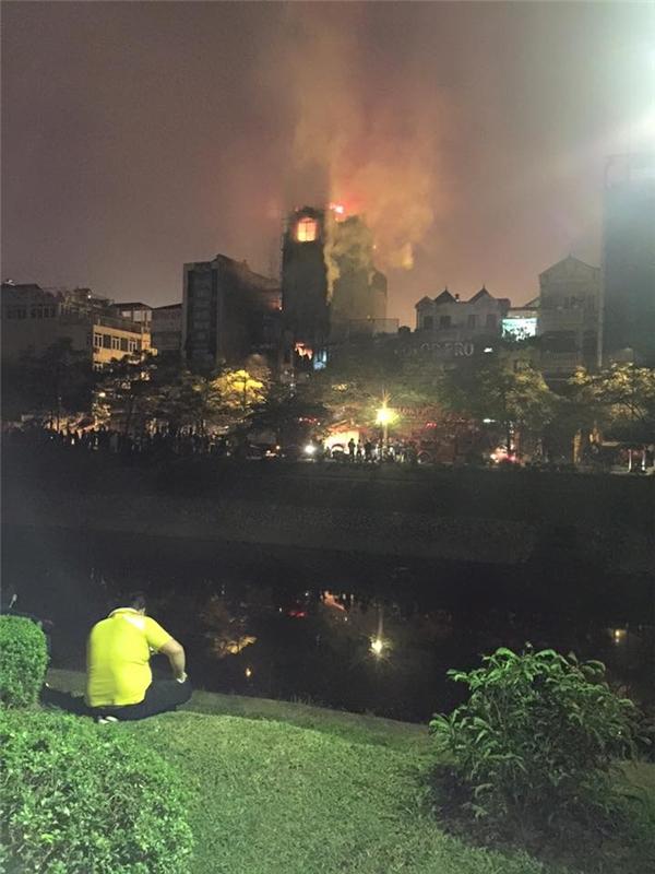 Đám cháy sau đó nhanh chóng lan rộng ra, khiến người dân hoảng loạn gom đồ đạc bỏ chạy. Ảnh: FB