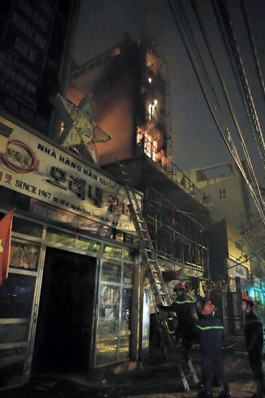 Cảnh sát PCCC đã huy động 10 xe cứu hỏa chuyên dụng đến hỗ trợ dập lửa. Ảnh: VNN
