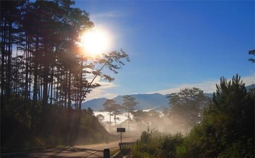 Khung cảnh núi rừng bảng lảng trong sương khói y hệt như Sa Pa của đèo Long Lanh.(Ảnh: Internet)