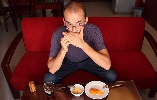Cách dùng tăm sau khi ăn. (Ảnh: Cắt từ clip)