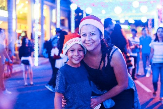 """Người lớn và trẻ em đều bị ánh sáng rực rõ và không khí lễ hội tại đây """"mê hoặc""""!"""
