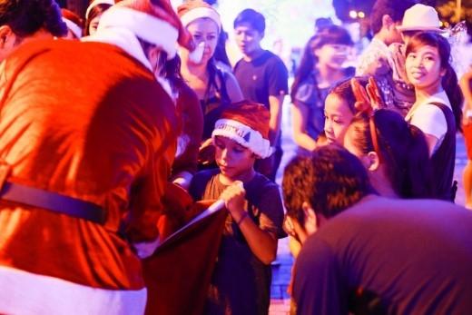 Nhiều em bé mê tít với món quà của ông già Noel.