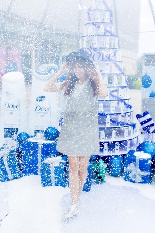 Những bông tuyết trắng xóa từ chiếc máy thổi tuyết tạo cảm giác như thật, khiến cô nàng thích thú như đang đón Giáng sinh tại quê nhà Hàn Quốc. - Tin sao Viet - Tin tuc sao Viet - Scandal sao Viet - Tin tuc cua Sao - Tin cua Sao