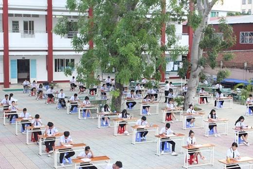 Mỗi học sinh một bàn, cách nhau hơn cả mét, ai nấy đều chăm chú làm bài (Ảnh: Internet)