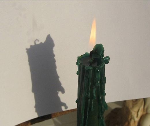 Cái bóng này mờ, chỉ có thể thấy khi nguồn sáng phía sau lớn hơn nguồn sáng của ngọn lửa. (Ảnh: Internet)