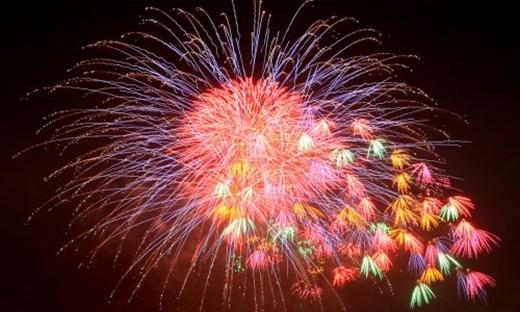 """Với thời gian bắn là 15 phút, từ 00g – 00g15 ngày 1/1/2016, bạn sẽ """"mãn nhãn"""" với những màn trình diễn pháo hoa, ánh sáng cực đẹp mắt!"""