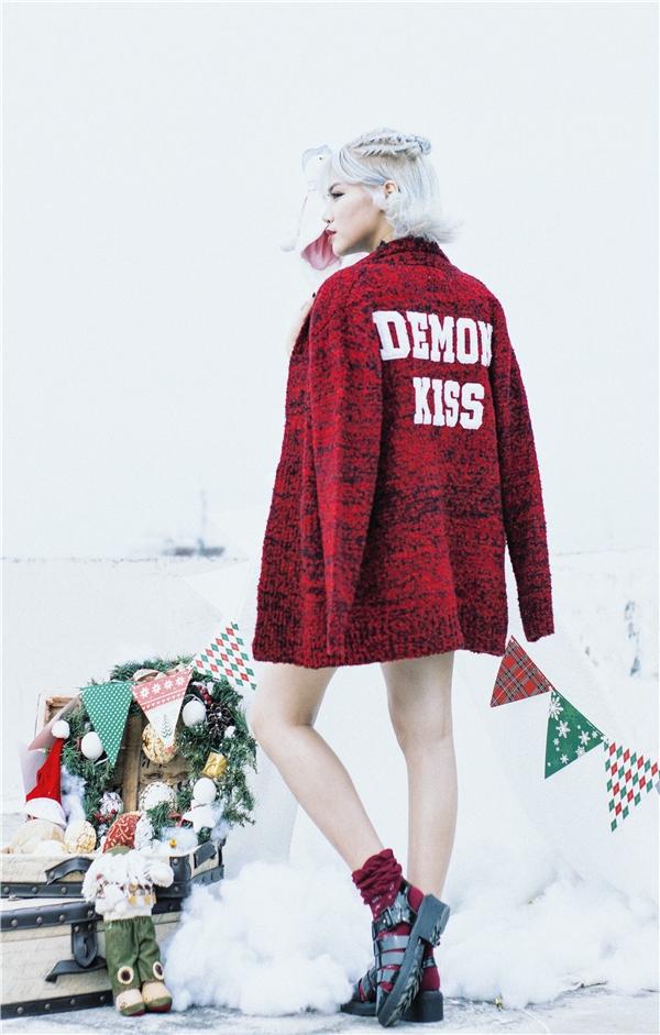 Yến Lê nổi bật khi khoác chiếc áo tông màu Noel rực rỡ. - Tin sao Viet - Tin tuc sao Viet - Scandal sao Viet - Tin tuc cua Sao - Tin cua Sao