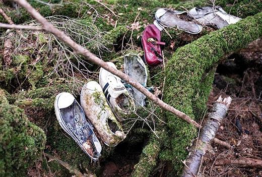Những chiếc giày còn sót lại của một người đàn ông, một phụ nữ và một đứa trẻ. (Ảnh: Rob Gilhooly)