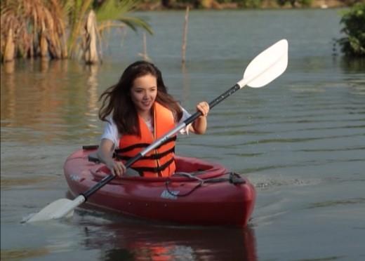 Hot girl Phương Ly mạnh mẽ đua thuyền vượt sông một mình - Tin sao Viet - Tin tuc sao Viet - Scandal sao Viet - Tin tuc cua Sao - Tin cua Sao