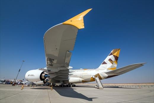 Hơn một năm trước, Etihad Airways nảy ra ý tưởng cách tân hình ảnh trang trí trên đuôi máy bay của những chiếc A380.Thay cho lá cờ và quốc huycủa UAE, họ đổi thành những hình vẽ 3 cạnh độc đáo. (Ảnh: Marina Lystseva)