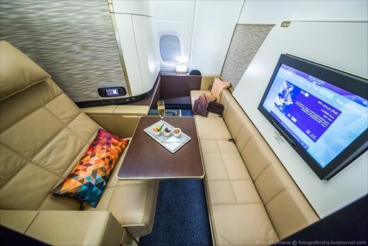 Khoang hạng nhất gồm khu vực rộng khoảng 5 mét vuông mỗi buồng. Giá vé đi từ Abu Dhabi tới Luân Đôn ở khoang nàydao động trong khoảng 8.400 đến 9.800 đô la (190 đến 220 triệu đồng). (Ảnh: Marina Lystseva)