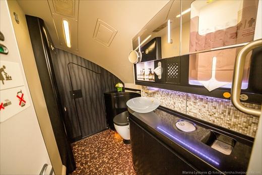 Đây là phòng vệ sinh trên khoang hạng nhất, có gạch ốp và bồn cẩm thạch. (Ảnh: Marina Lystseva)