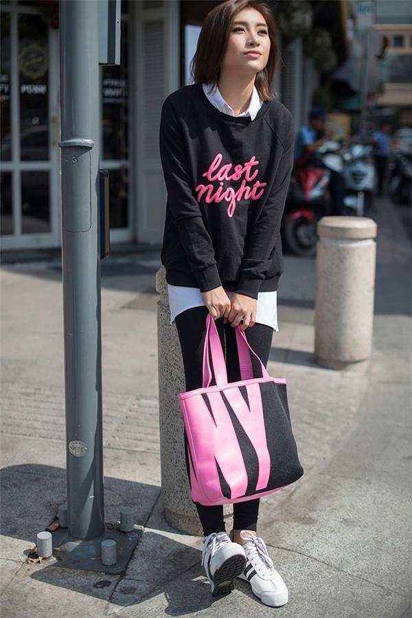 Vốn không được đánh giá cao về gu thời trang bởi phong cách không ổn định nên mới đây Tiêu Châu Như Quỳnh đã quyết tâm đầu tư, tìm tòi học hỏi những xu hướng thời trang mới nhất. Cô nàng lựa chọn phong cách khỏe khoắn với áo sweater đen cùng tông quần legging.