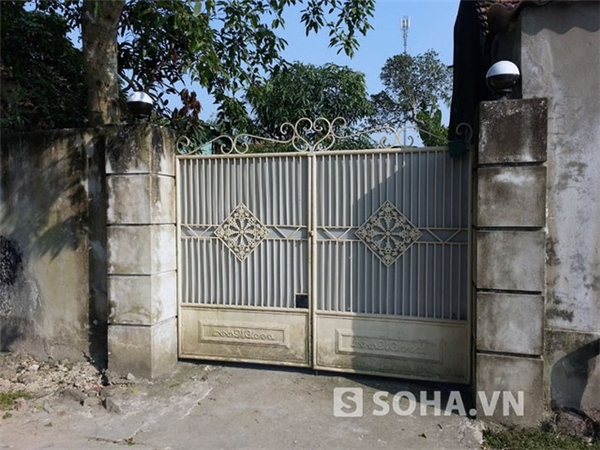 Cửa ngôi nhà mẹ Văn Quyến.