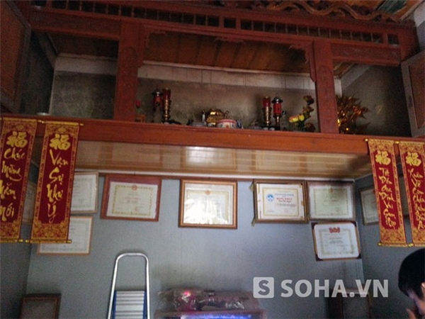 Bàn thờ với nhiều bằng khen của Văn Quyến được treo ở dưới.