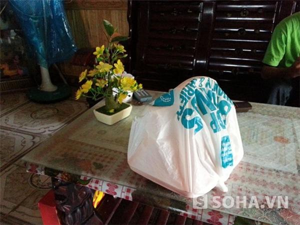 Nhiều đồ đạc trong nhà được bọc kĩ cho đỡ bụi do thiếu người ở.