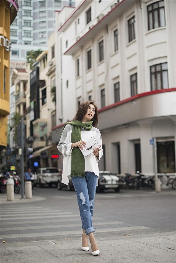 Với thiết kế quần jean ống xuông và áo sơ mi tay dài tông màu trắng thanh lịch, Tiêu Châu Như Quỳnh trông thật khỏe khoắn, năng động nhưng không kém phần nữ tính. Xu hướng thời trang này chưa bao giờ lỗi mốt và luôn được giới trẻ Việt ưa chuộng.