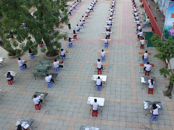 Hình ảnh học sinh ngồi làm bài thi ở sân trường THPT An Dương Vương thuộc chi nhánh 2, quận Thủ Đức - (Ảnh: Facebook)