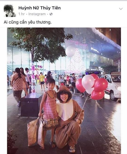 Nữ nhạc sĩ cá tính Tiên Tiên khiến nhiều fan ngưỡng mộ khi đã dành chút thời gian hiếm hoi mang đến niềm vui, sự ấm áp cho các em nhỏ có hoàn cảnh khó khăn nhân dịp Giáng sinh về. - Tin sao Viet - Tin tuc sao Viet - Scandal sao Viet - Tin tuc cua Sao - Tin cua Sao