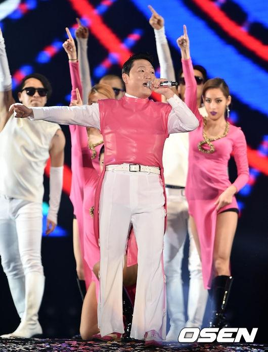 Cư dân mạng bức xúc vì màn biểu diễn tục tĩu của Psy