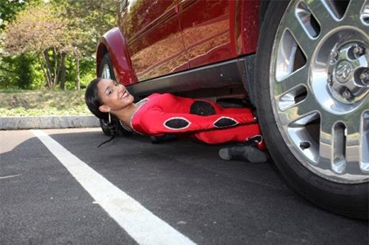 Shemika Charles, 20 tuổi, khiến mọi người thán phục khi gập người cơ thể dưới gầm một chiếc xe hơi.