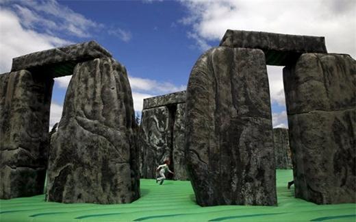 Bé gái chơi trên nệm hơi có hình giống kỳ quan Stonehenge trong một công viên ở Mostoles, Tây Ban Nha.