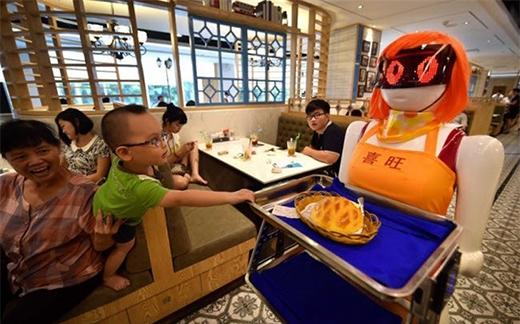 Robot phục vụ thức ăn tại một nhà hàng ở thành phố Hải Khẩu, Trung Quốc.