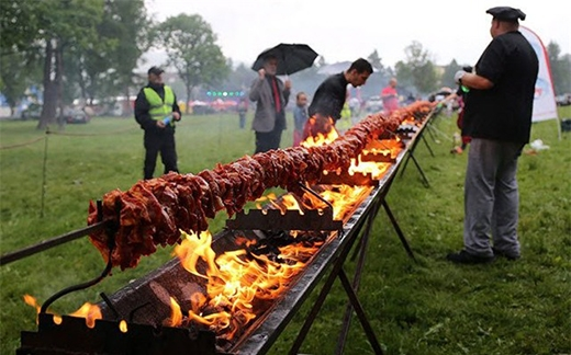 Xiên thịt nước dài nhất thế giới với chiều dài 132 m và nặng 650 kg tại thành phố Zakopane, Ba Lan.