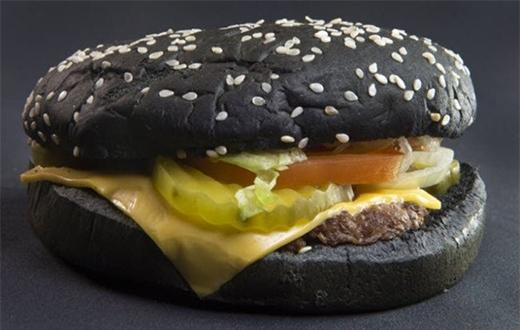 Bánh burger đen kỳ lạ ở Nhật Bản.