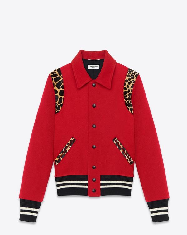 Trong MV mới thực hiện, Sơn Tùng cũng diện một chiếc áo khoác màu đỏ điểm xuyết họa tiết da báo với mức tiền khá đắt đỏ.