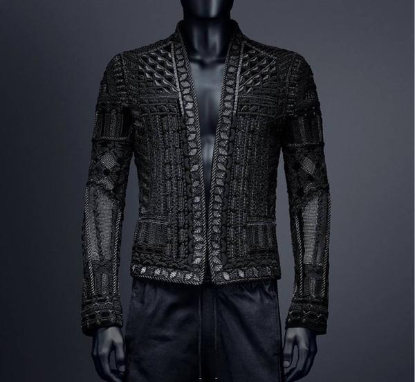 Ngoài ra, Sơn Tùng cũng khá ưa chuộng những thiết kế nằm trong bộ sưu tập kết hợp giữa H&M và Balmain với giá bình dân nhưng có thiết kế khá độc đáo.
