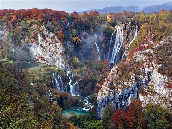 Mùa thu đầy màu sắc ở vườn quốc gia Plitvice Lakes, Croatia.